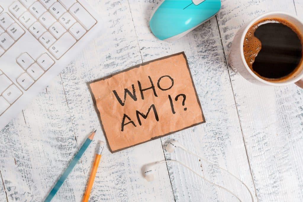 Writing note showing Who Am I Question. 經營品牌先確認品牌定位,6招教您做好品牌定位