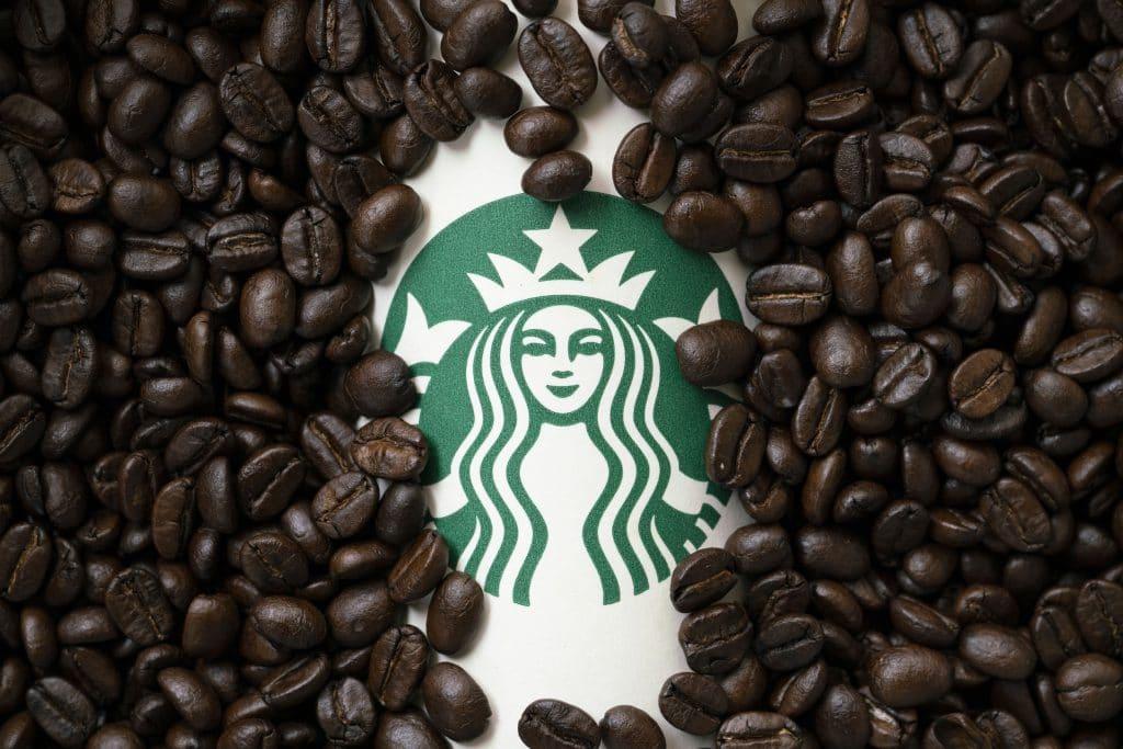 品牌識別-星巴克,一杯擁有星巴克品牌識別的杯子咖啡豆裡。
