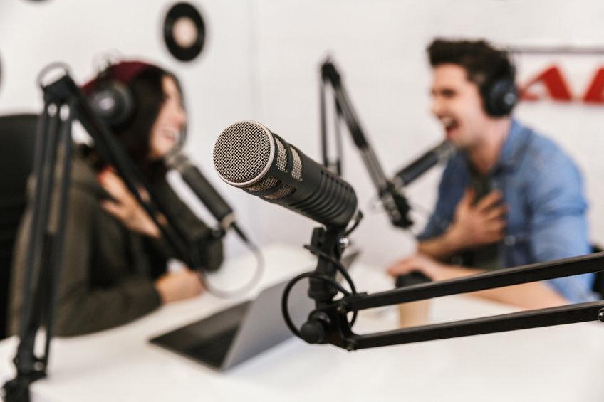 兩位主持人正在主持一場Podcast節目。
